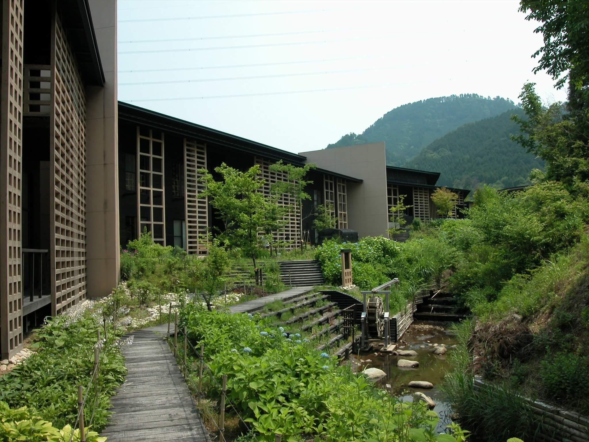 岐阜県立森林文化アカデミーの外観。ベージュ色の壁が防火壁となって延焼を防止