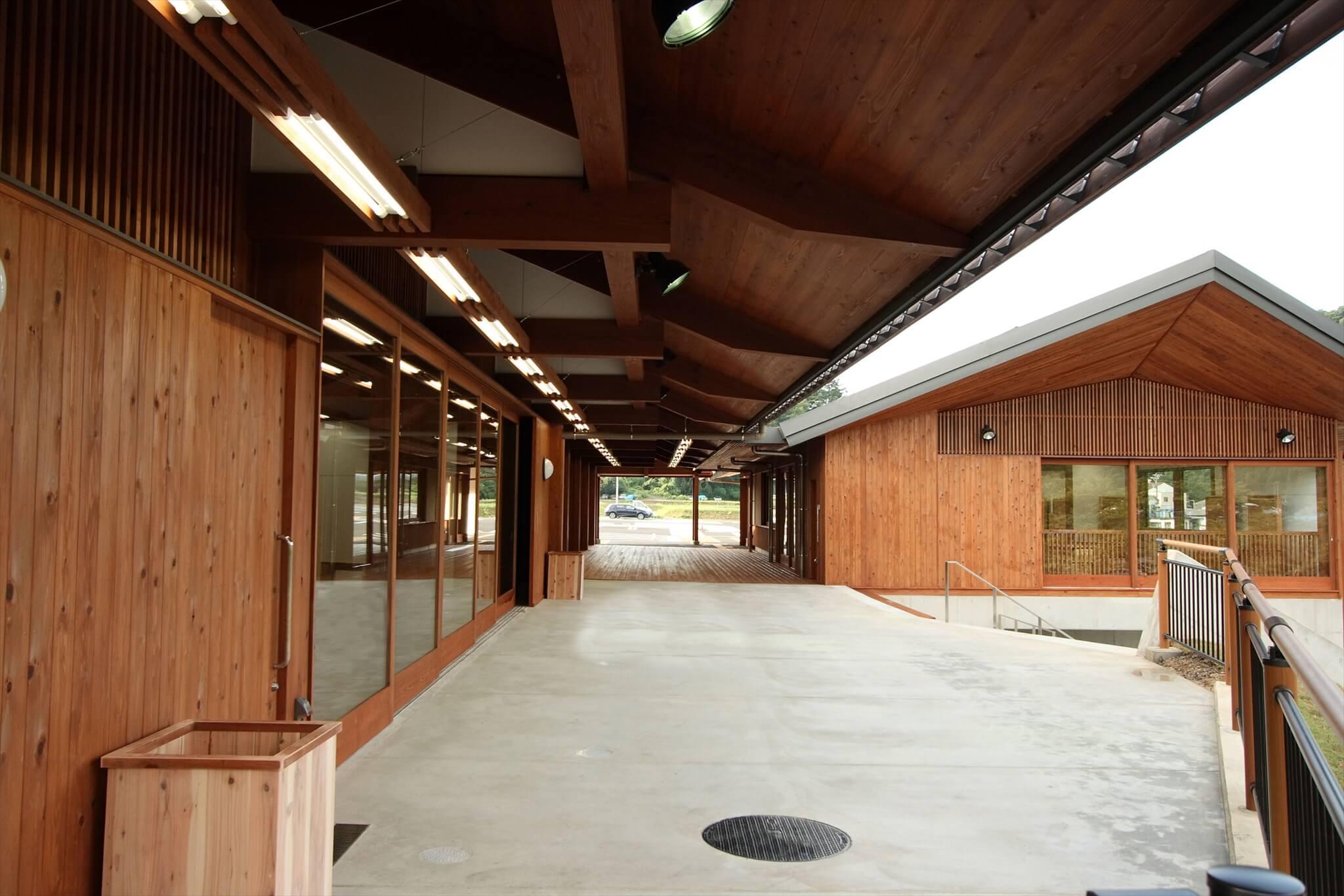 道の駅美濃にわか茶屋の軒下空間。ゆとりある軒が特徴的