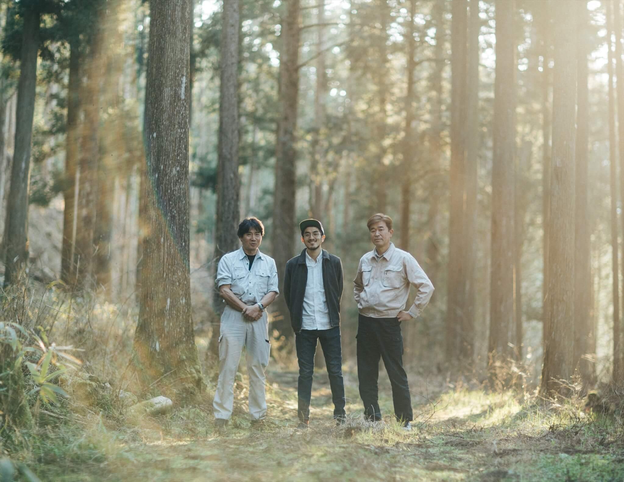 根羽村森林組合に携わる3人。夕陽が差し込む林内にて撮影