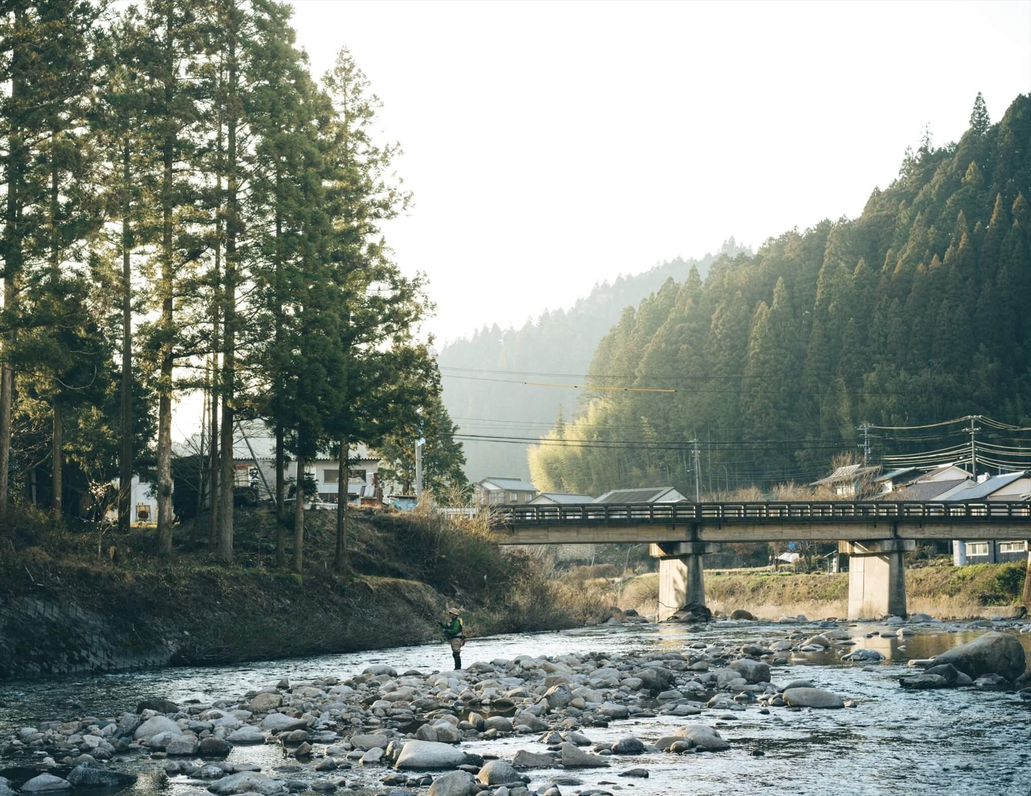 根羽村を流れる矢作川。釣り人あり