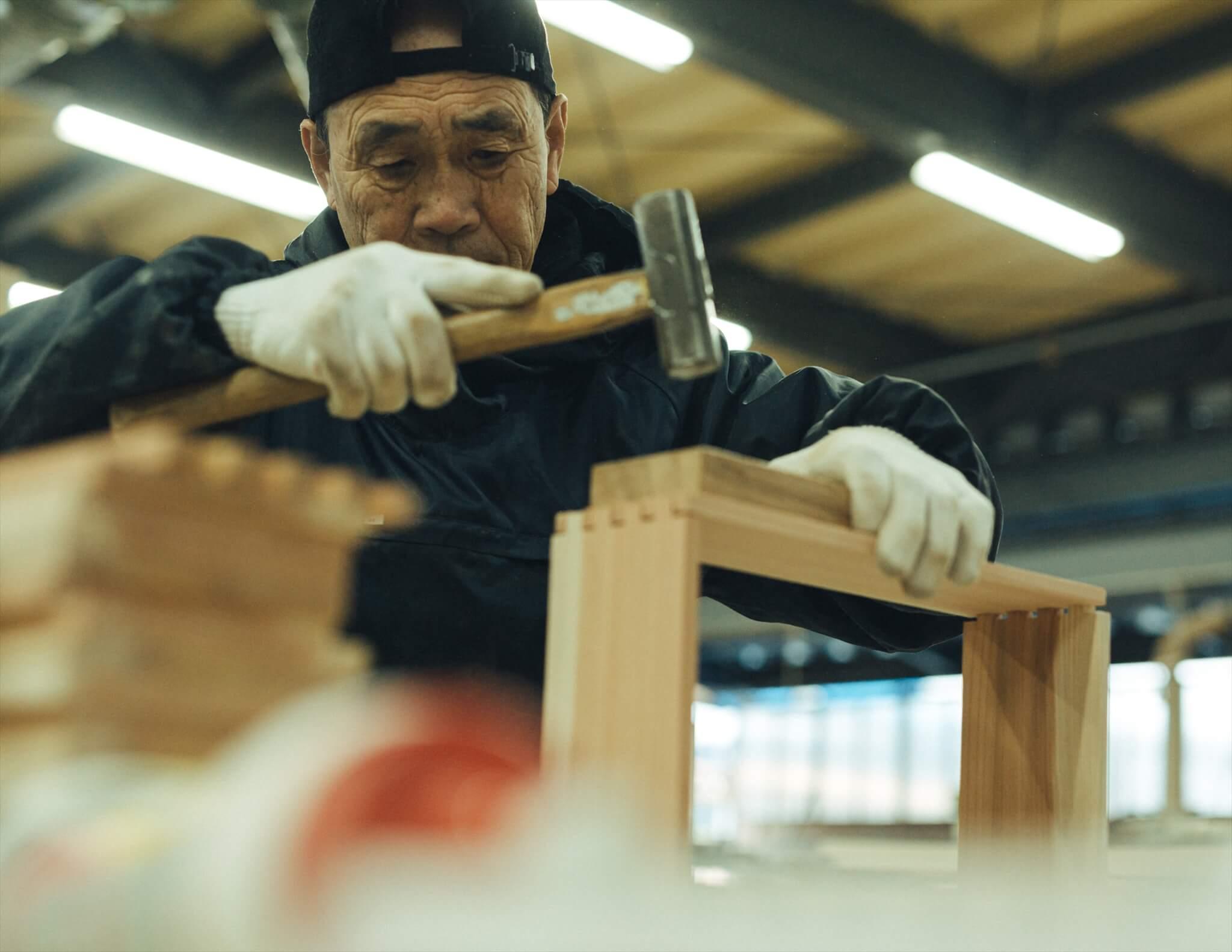 木箱を組み立てる大工さん