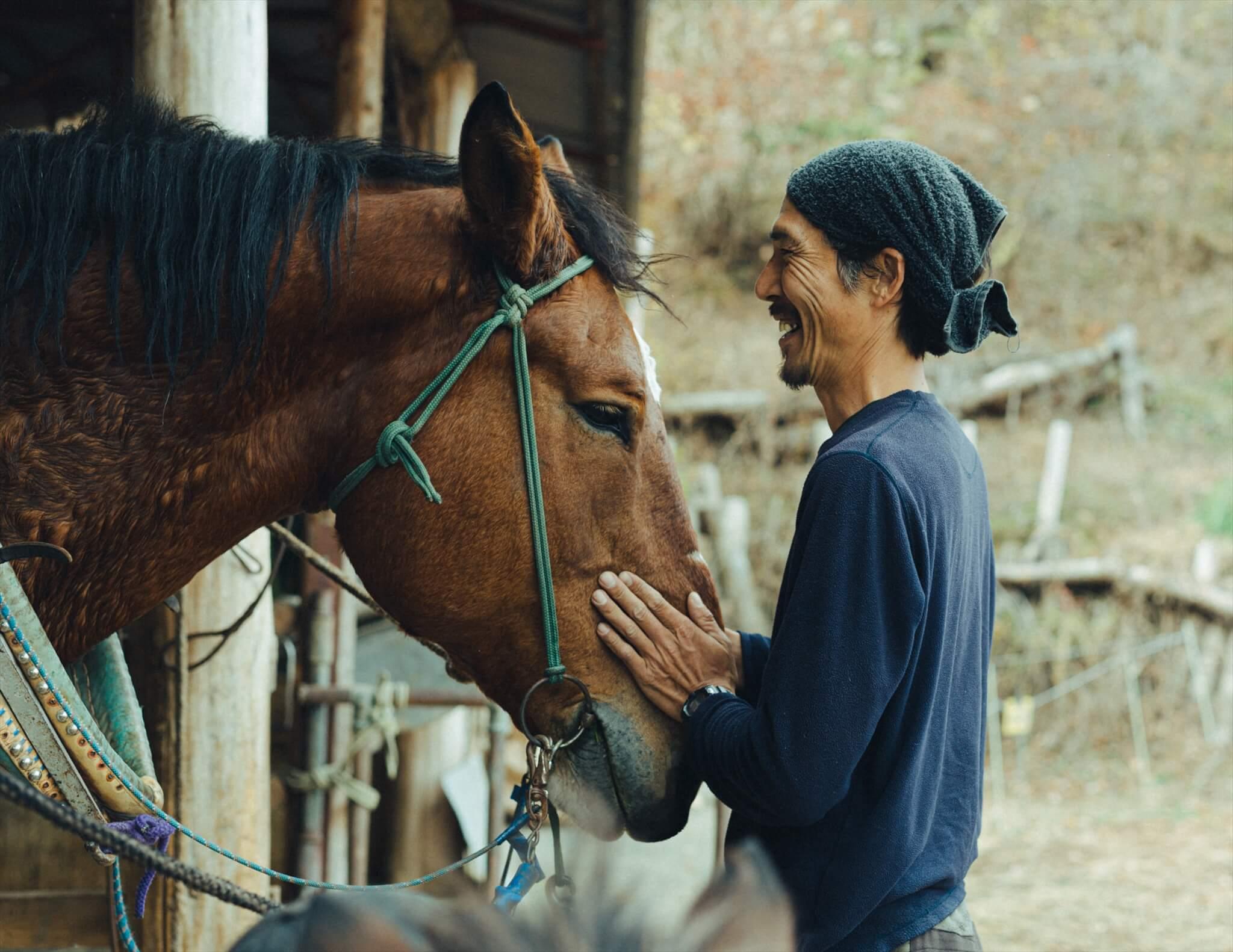 柳沢林業で馬の世話を担当する犬飼さん