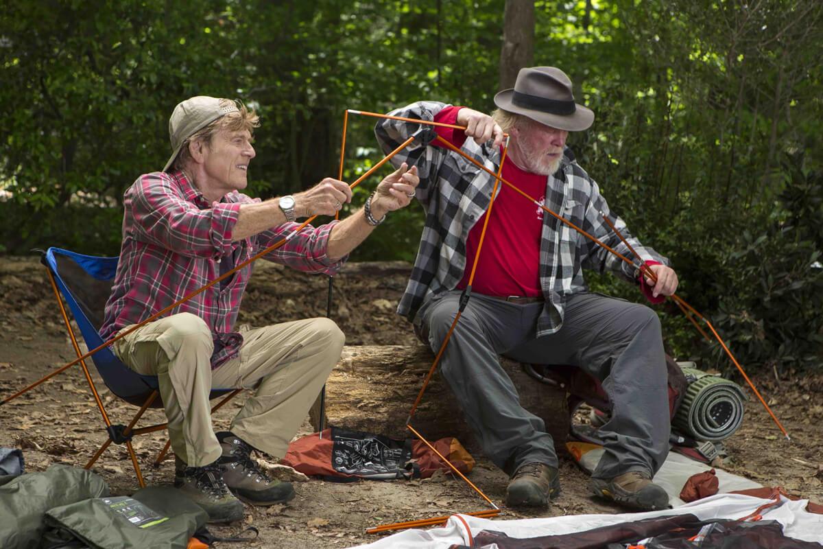 映画『ロング・トレイル』のワンシーン。テントを組み立てる主人公のビルと悪友のカッツ