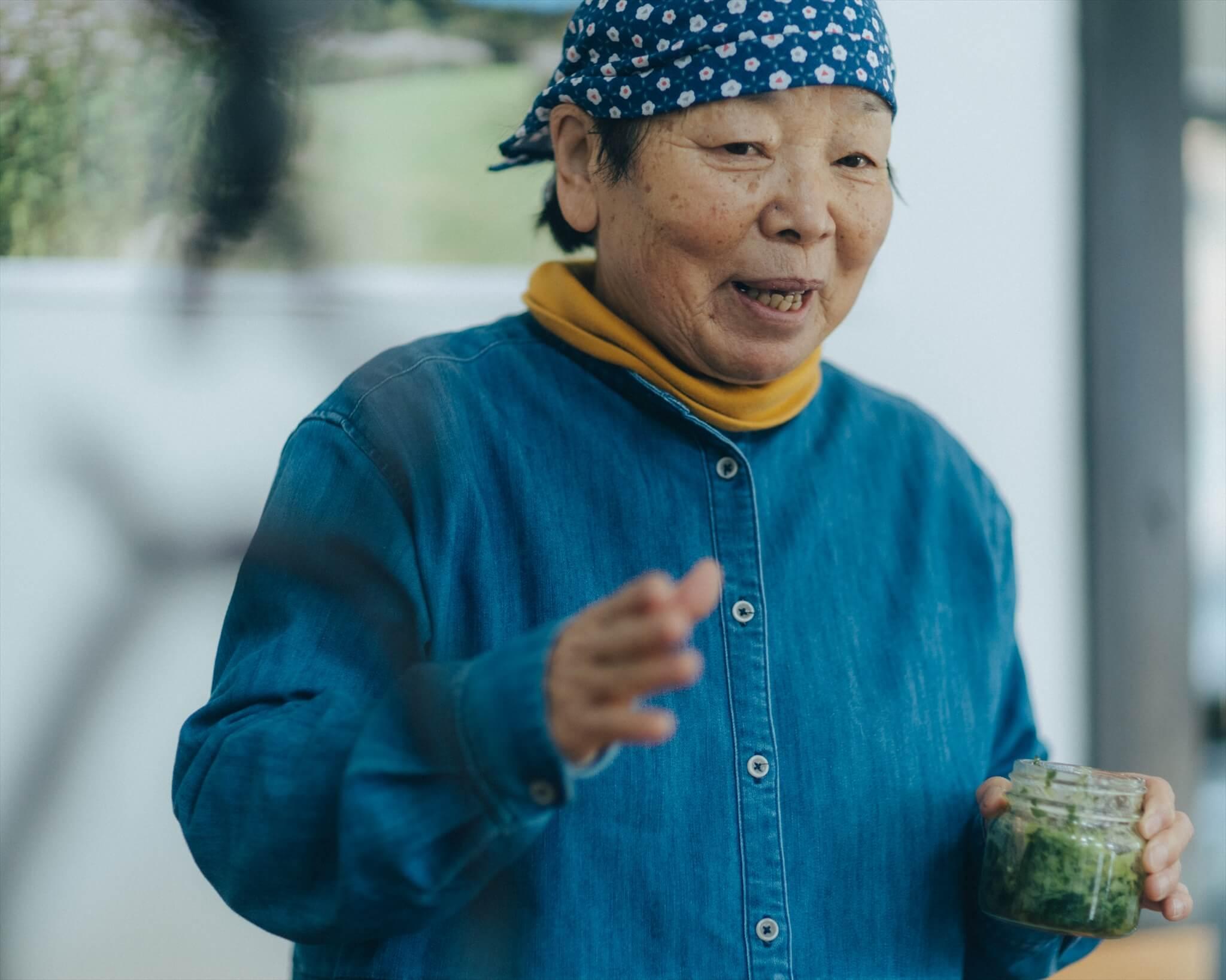 行者にんにくでジェノベーゼソースを作ったという古川トミコさん