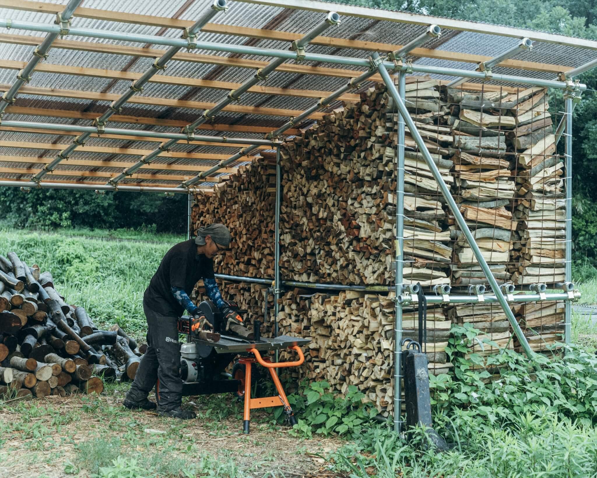 自作の薪棚。山でとれた木をここで割って保管。