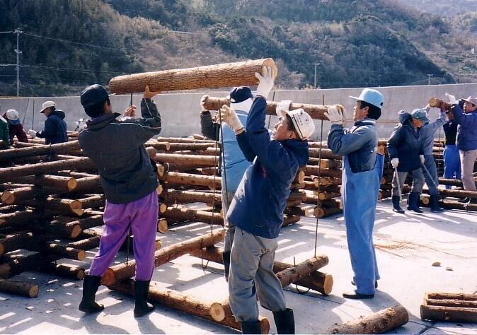 林業従事者と漁師が協力し合って間伐材魚礁を組み立てている様子