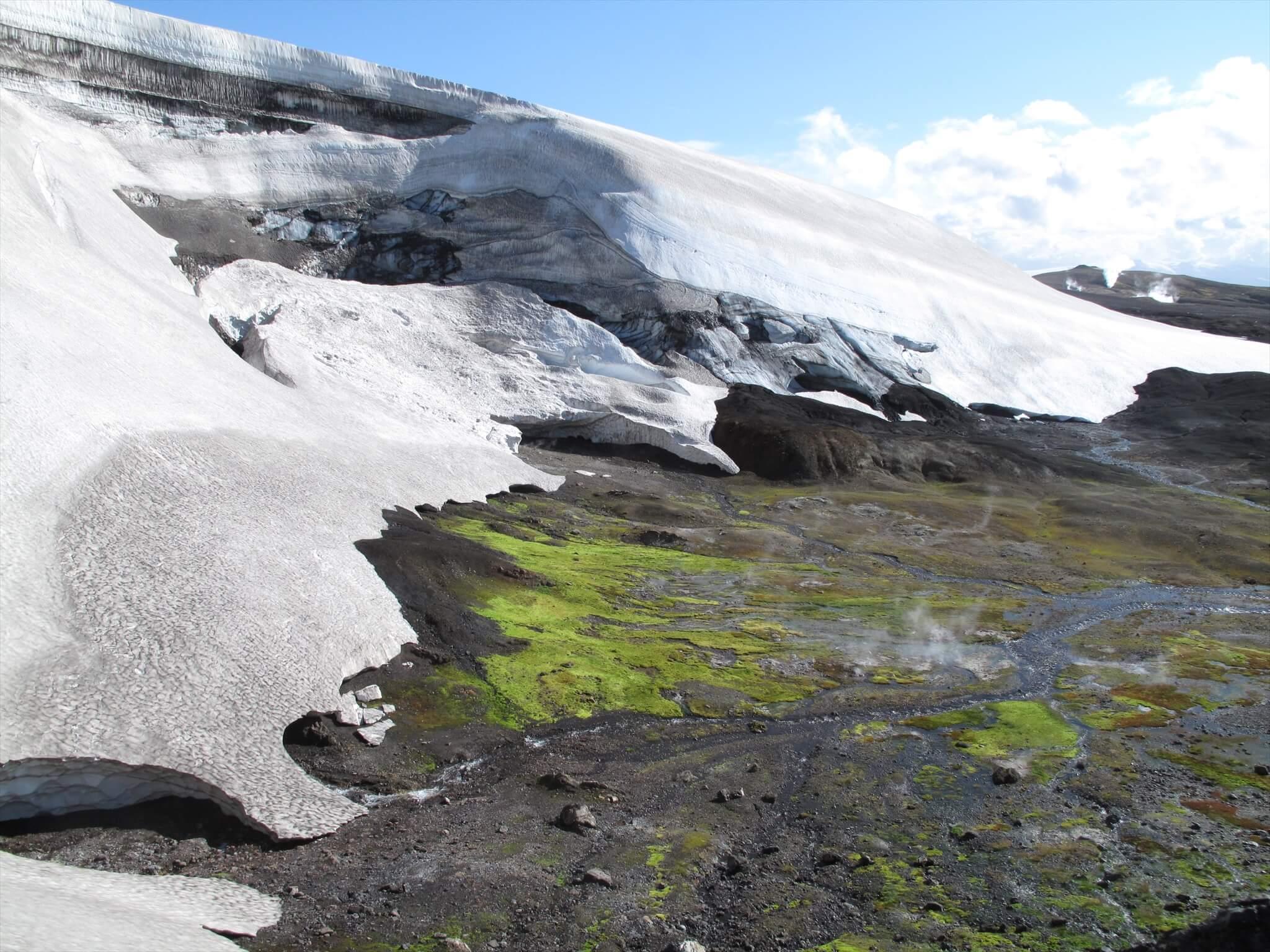 アイスランドの「ロイガヴェーグルトレイル」にあるスノーケイブ
