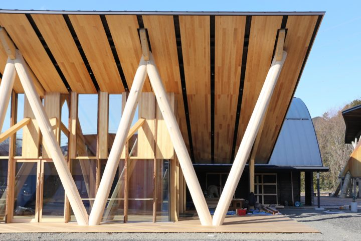 morinosのV字柱。岐阜県立森林文化アカデミーの学生たちが演習林で伐採した木を使用