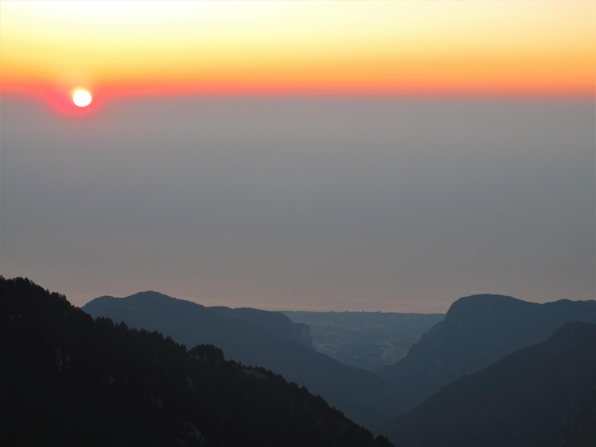 ピークへ向かう朝 地中海から朝日 前景にリトホロと岩の門