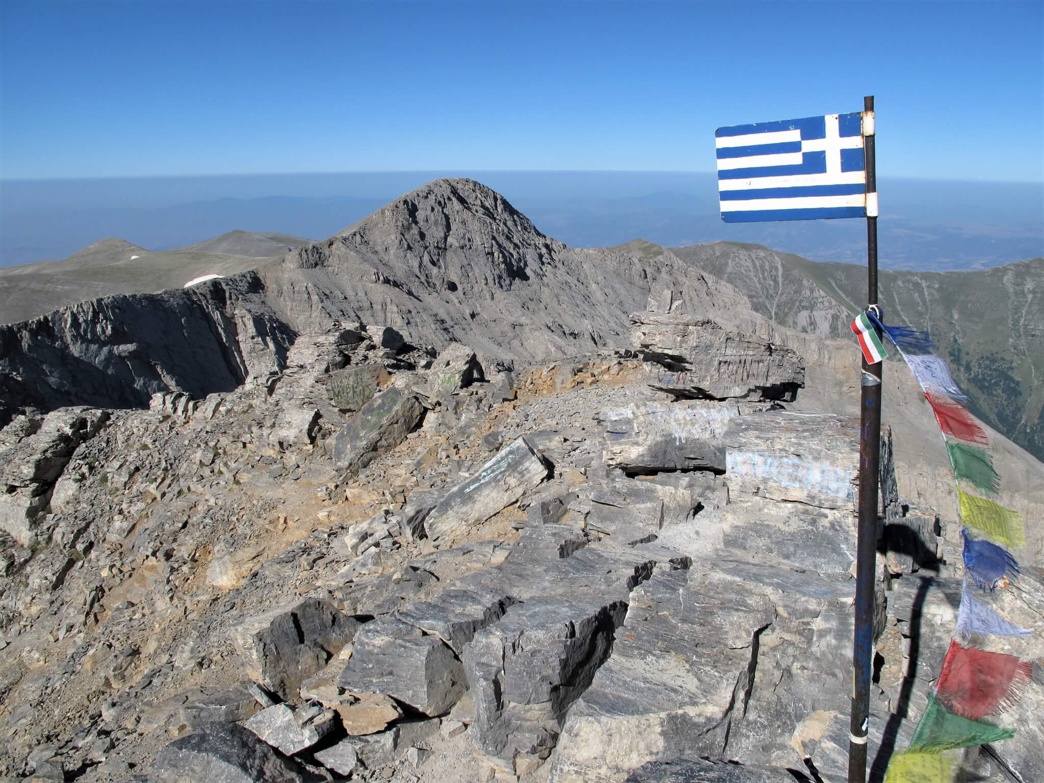 ギリシャ国旗の立つ山頂