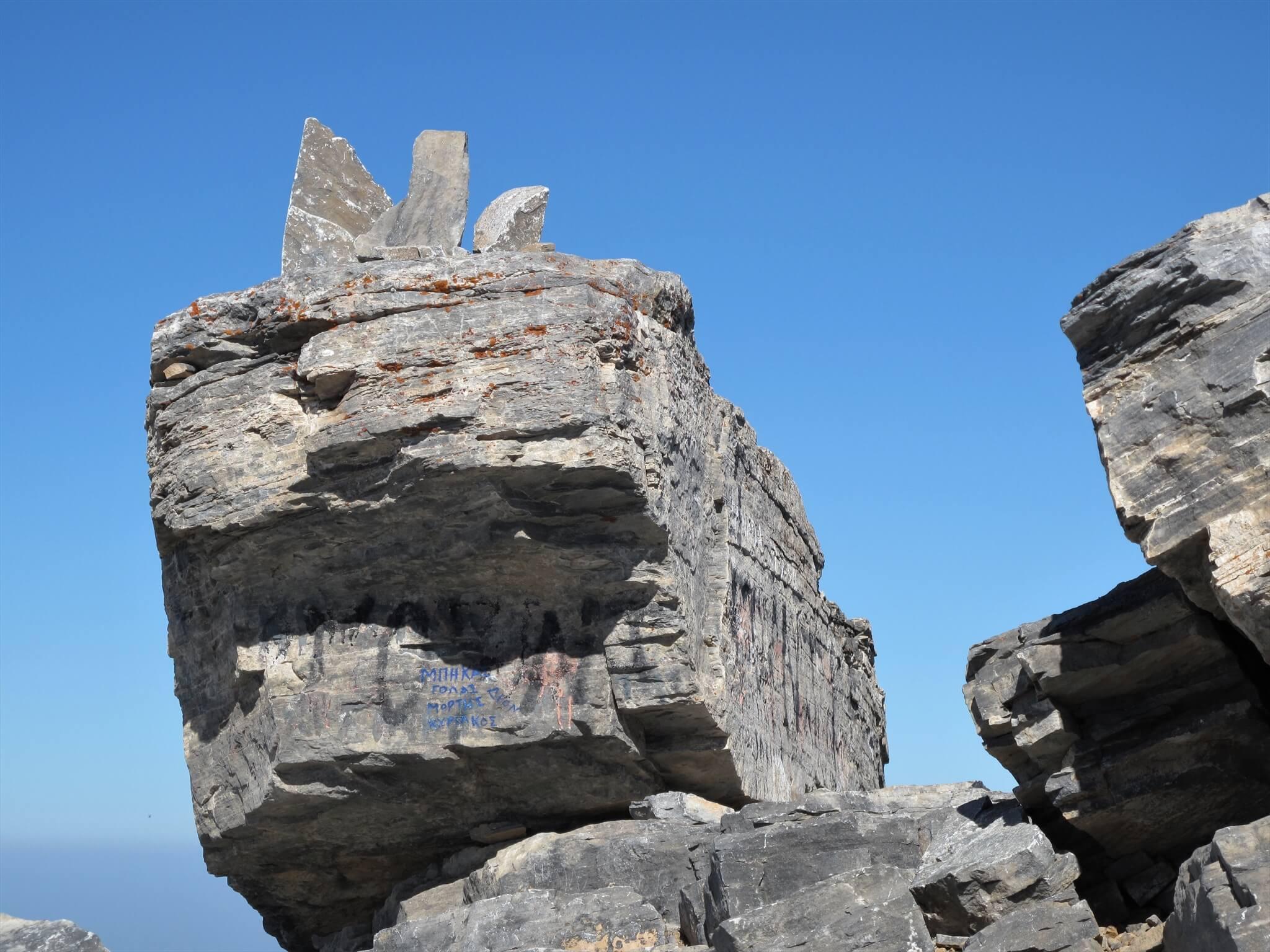 神の痕跡?舟のような岩